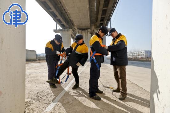 """【新春走基层】高铁桥上的""""蜘蛛侠"""":在20米高的桥洞中寻找毫"""