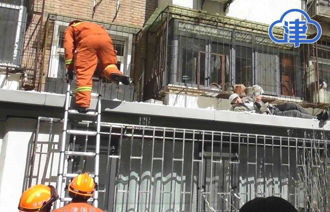 老人发现房门被锁 从三楼摔至一楼房顶